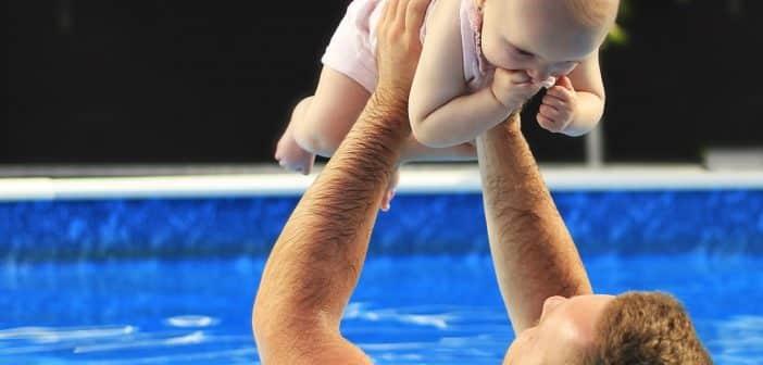 Homme et bébé dans une piscine