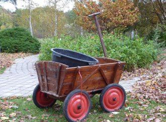 Transporter ses buches sans problème avec le chariot de jardin