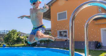 Un enfant qui saute dans la piscine